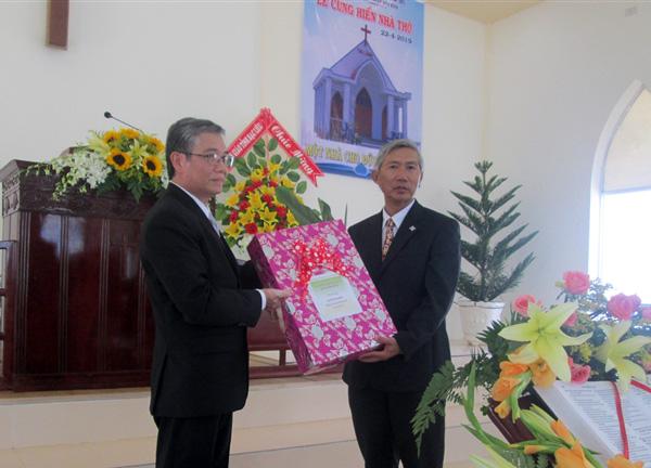 MS Nguyễn Văn Ngọc thay cho BTS TLH chúc mừng, tặng quà