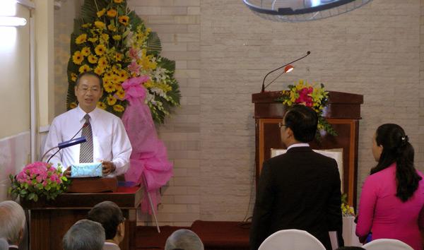 Đại diện các ban ngành, Hội Thánh chúc mừng và tặng quà