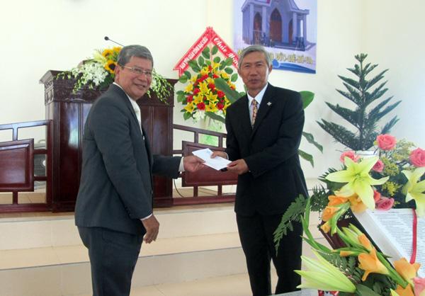 MS Lê Hoàng Long thay cho HĐGP chúc mừng, tặng quà