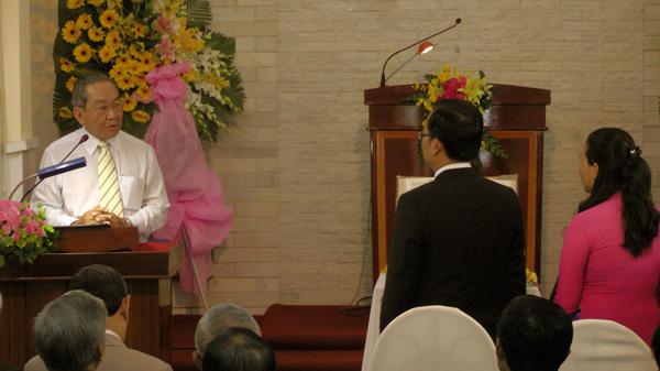 Đại diện Ủy ban Cơ Đốc Giáo dục Tổng Liên Hội chúc mừng và tặng quà