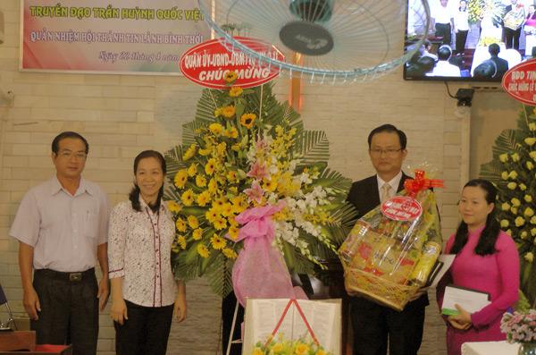 Đại diện Chính quyền quận 11 chúc mừng, tặng quà.