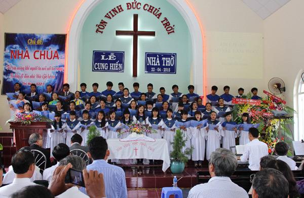 Ban hát Hội Thánh Gia Ray tôn vinh Chúa.