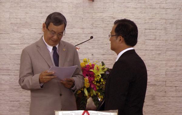 MS Trương Văn Ngành thực hiện nghi thức bổ nhiệm.