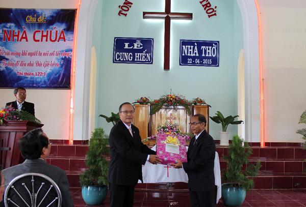 Đại diện Ban Trị sự TLH chúc mừng và tặng quà.