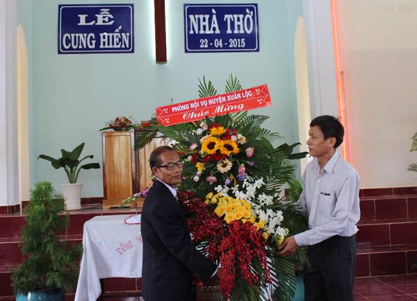 Chính quyền tỉnh Đồng nai tặng lẵng hoa chúc mừng.