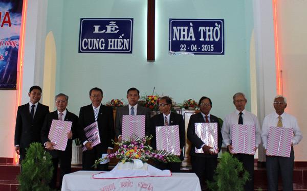 Hội Thánh tặng quà cho các tiền nhiệm.