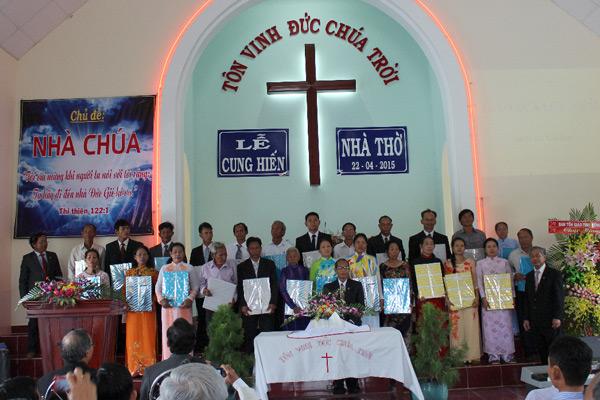 Hội Thánh tặng quà Ban Chấp sự tiền và đương nhiệm.
