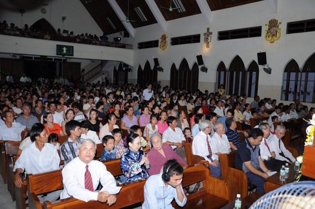 Khoảng 900 người đã có mặt để tham dự chương trình tại nhà thờ Vĩnh Phước