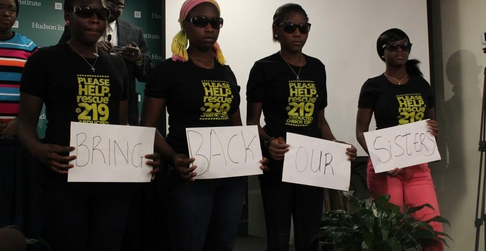 Bốn em gái Chibok trong một sự kiện tại thủ đô Washington, Hoa Kỳ hôm 23/03/2015. Các em từng bị bắt cóc bởi Boko Haram vào tháng 04/2014 nhưng may mắn trốn thoát thành công sau đó.