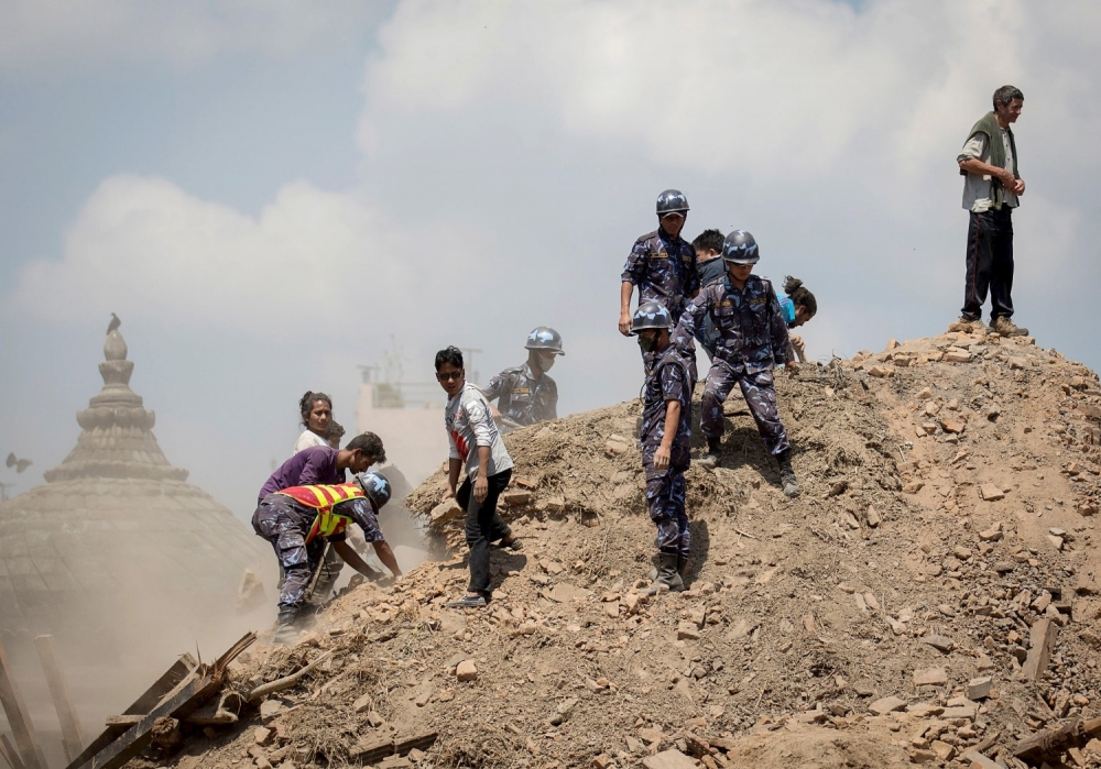 Quân đội và tình nguyện viên đào bới trong đống đổ nát của một ngôi đền nhằm tìm kiếm người bị nạn