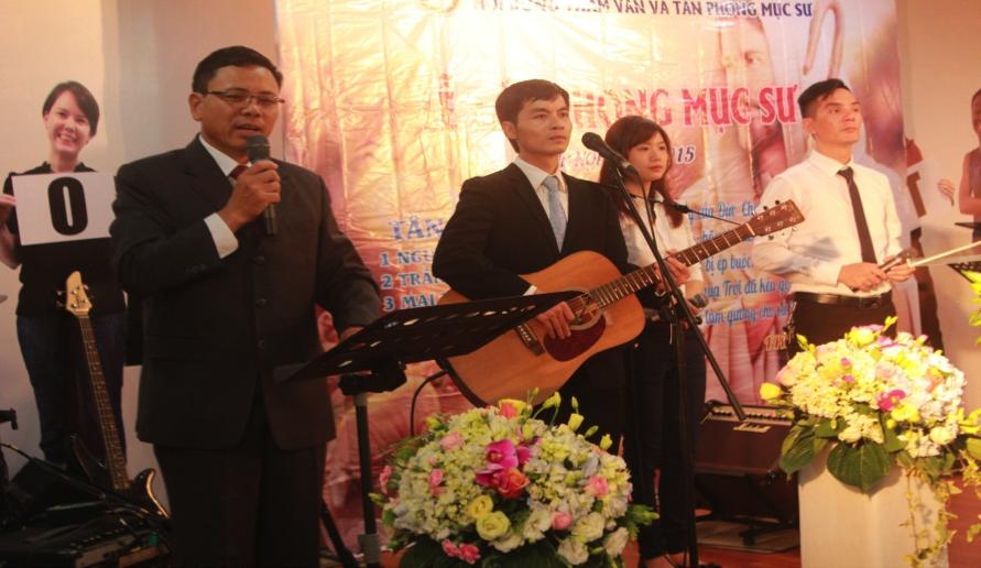 Mục sư Nguyễn Văn Cầm hướng dẫn chương trình.
