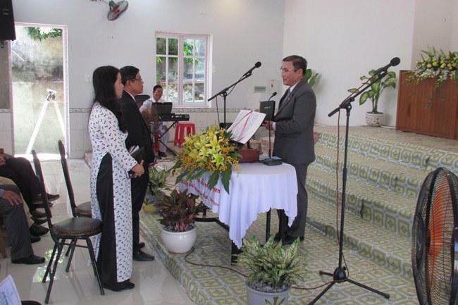 MS Lê Hoàng Phúc đại diện TLH trao Kinh Thánh