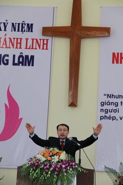 Mục sư Nguyễn Đức Đồng cầu nguyện chúc phước