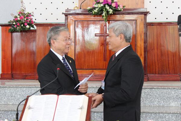 MS Nguyễn Thế Hiển Đại diện Hội Đồng Giáo Phẩm chúc mừng và tặng quà