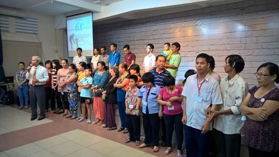 MS Phạm Trọng Huy cầu nguyện tiếp nhận Chúa cho 21 thân hữu