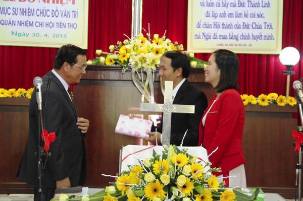 MS Phan Ân, thay mặt Giáo hội tặng quà chúc mừng Tân Quản nhiệm
