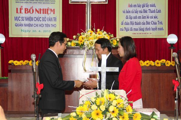 MSNC Ông Văn Tín, thay mặt Ban Đại diện TL tỉnh tặng quà chúc mừng Tân Quản nhiệm