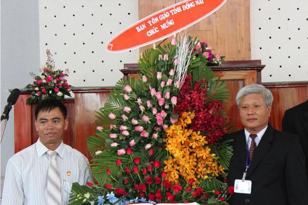 Chính quyền tỉnh Đồng Nai tặng lẵng hoa chúc mừng