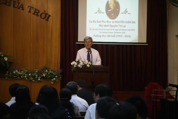Đại diện HT Trương Minh Giảng phân ưu cùng tang quyến.