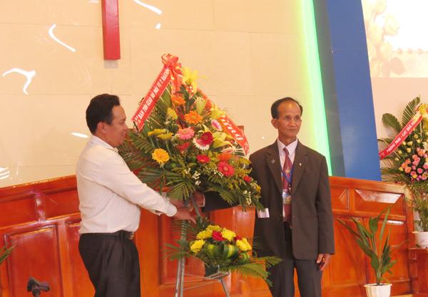 Chính quyền tỉnh Đăk Nông tặng lẵng hoa chúc mừng