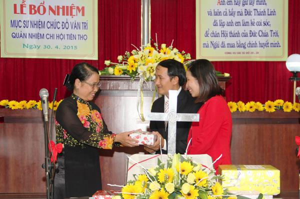 Phu nhân MS Võ Đình Đán, thay mặt Ban Phụ nữ TL tỉnh tặng quà cho Tân Quản nhiệm