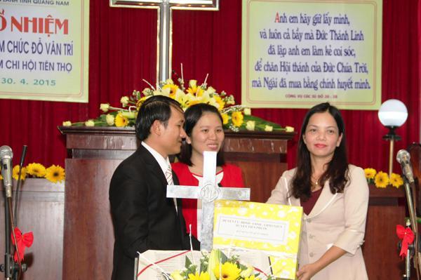 Đại diện chính quyền địa phương tặng quà cho MSNC Đỗ Văn Trí