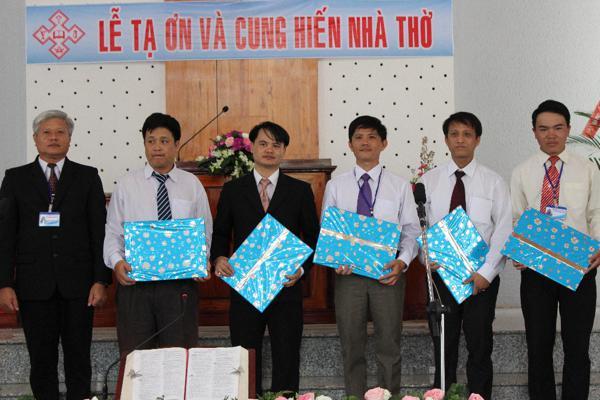 Hội Thánh tặng quà các đầy tớ Chúa xuất thân từ Chi Hội Lộ 25
