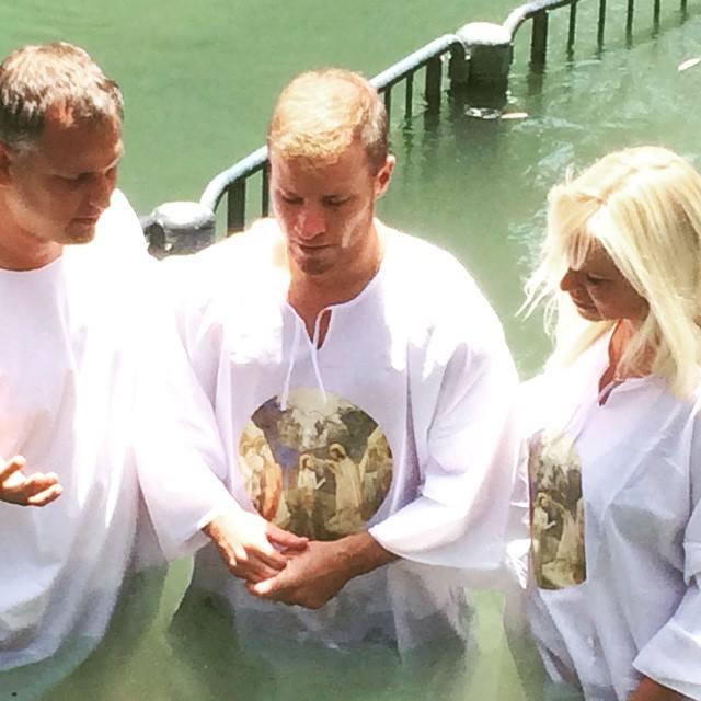 Brian và vợ Leighanne Littrell nhận phép báp-tem trên sông Jordan.