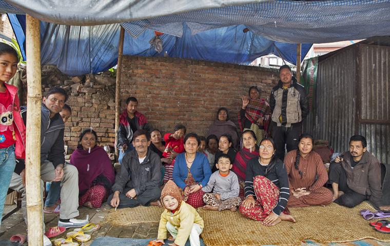 Ramesh (ngồi dưới bên trái) cùng với gia đình mình và những người hàng xóm - họ đều sợ không dám quay trở về nhà