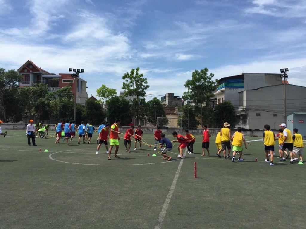 Học viên tham gia các hoạt động theo nhóm và được huấn luyện các kỹ năng đá bóng