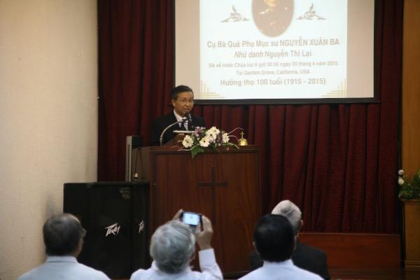 Mục sư Võ Đông Thu cầu nguyện khai lễ.