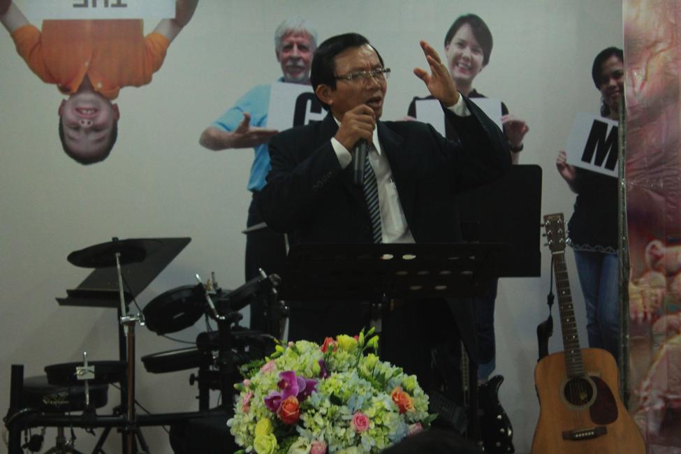 Mục sư Hồ Xuân Vinh ban phát lời Chúa.