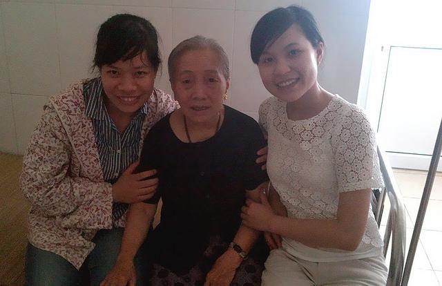 Chúng tôi tới thăm bà cụ trong Hội thánh.