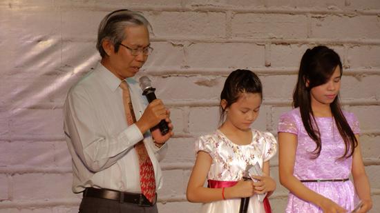 Mục sư Phạm Trọng Huy cầu nguyện khai lễ