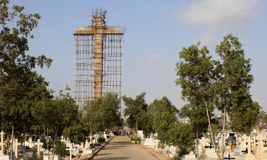 Chiếc thập tự khổng lồ đang được xây dựng.