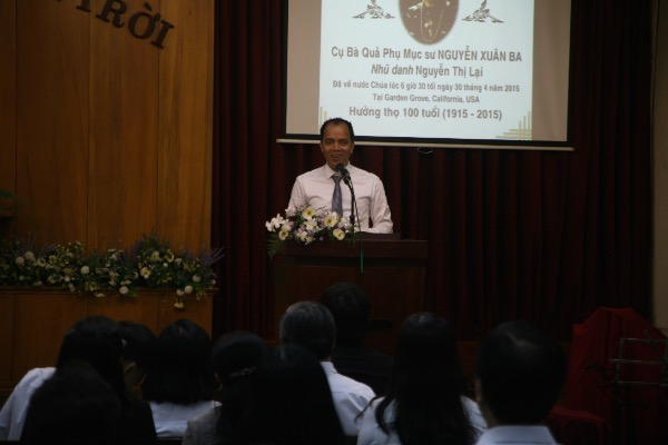 Anh Trương Phúc hướng dẫn hội chúng tôn vinh Chúa.