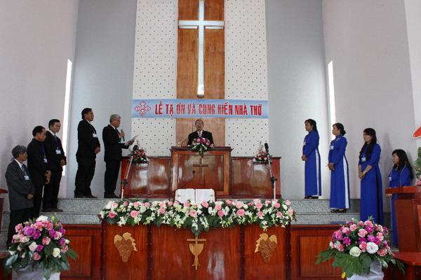 Mục sư Nguyễn Tờn cử hành Nghi thức Cung hiến