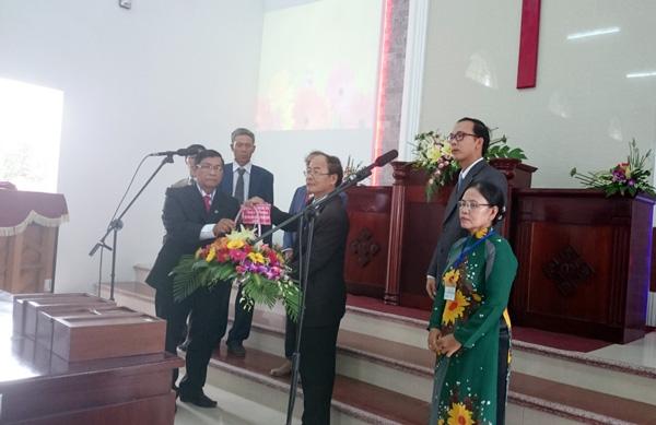 HT Phước Hậu tặng hoa cho Hội đồng