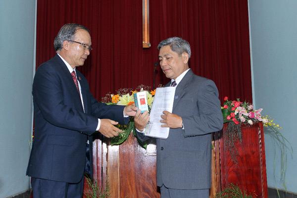 Mục sư Nguyễn Tờn trao Giáo Vụ lệnh, Ấn tín và cầu nguyện cho Tân Quản nhiệm