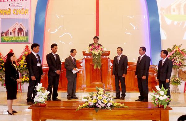 Mục sư Y Djrên cử hành nghi thức cung hiến