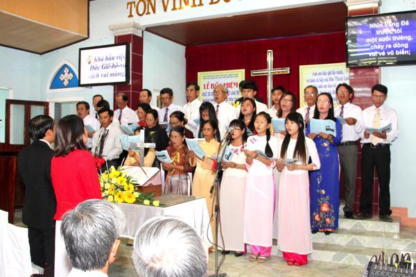 Ban Hát lễ HTTL Thăng Bình và Hội Nhánh Bình Triều tôn vinh Chúa