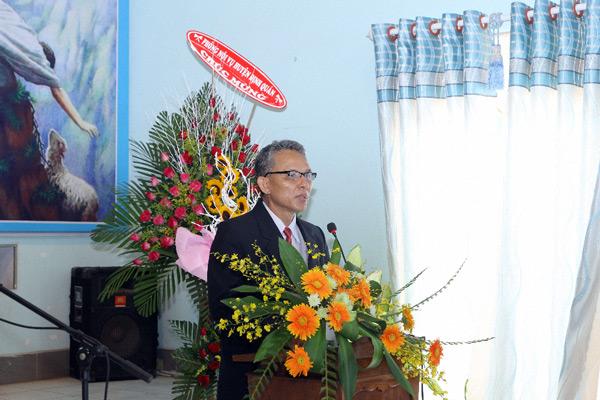 Ban Chấp sự Hội Thánh hoan nghinh và tặng quà Tân Quản nhiệm.