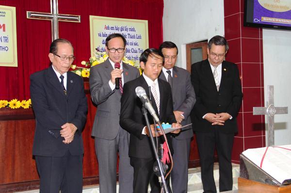 MS Phan Văn Cử và các tôi tớ Chúa cầu nguyện cho chức vụ mới của MSNC Đỗ Văn Trí