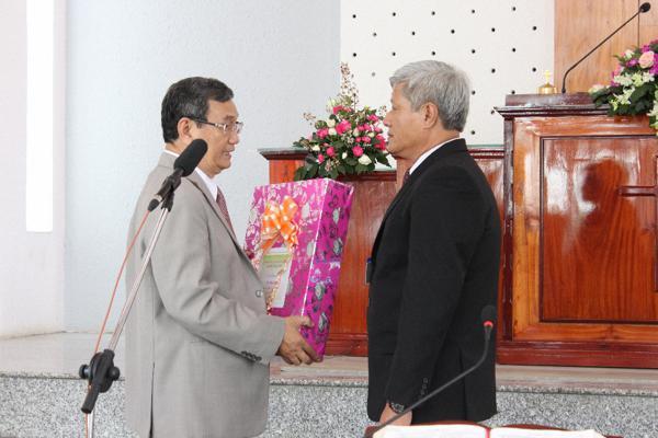 Đại diện Ban Trị sự TLH chúc mừng và tặng quà