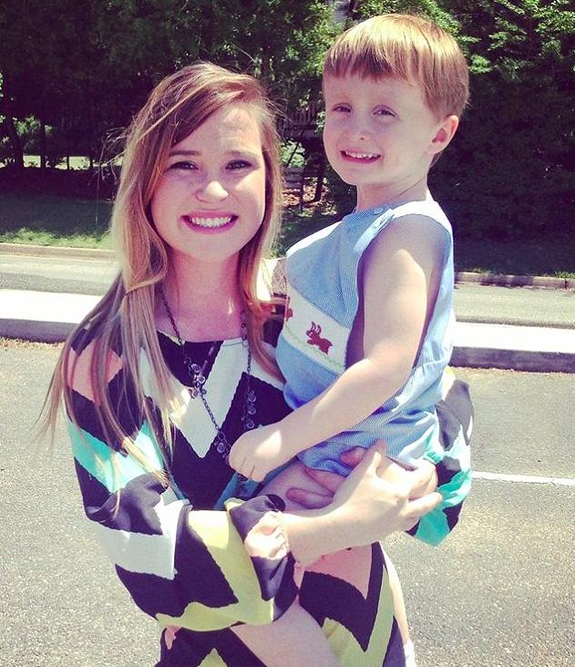 Josiah cùng mẹ Ava Faulk.