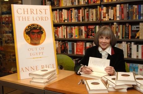 """Tác giả Anne Rice cùng cuốn tiểu thuyết """"Christ the Lord: Out Of Egypt""""."""