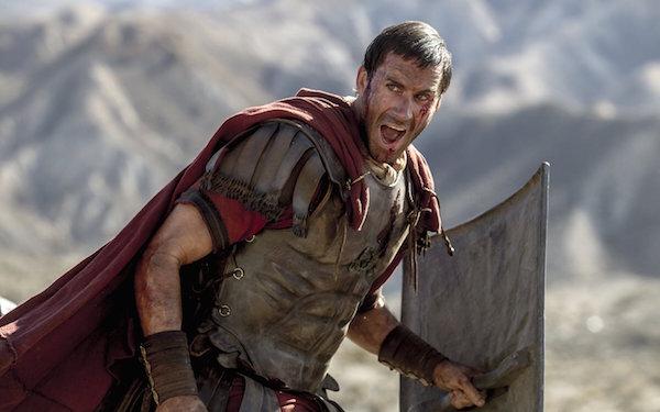 Tướng Clavius (Joseph Fiennes thủ vai) trong một cảnh phim.