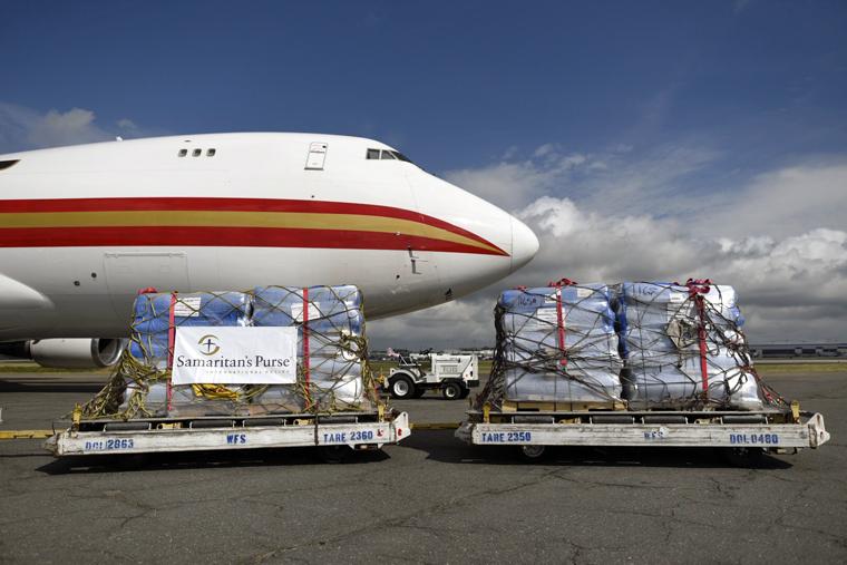 Hàng cứu trợ được đóng gói chuẩn bị cho chặng đường dài đến tay những người dân tại vùng xa xôi.