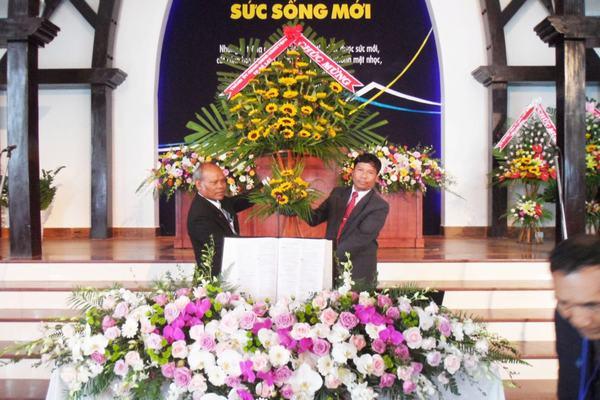 Đại diện chính quyền từ cấp tỉnh đến TP Đà Lạt chúc mừng và tặng hoa cho Hội đồng