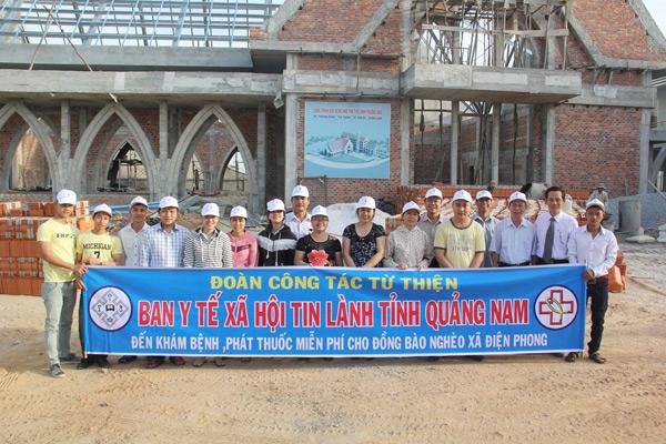 Chụp hình lưu niệm trước nhà thờ TL Phương Hòa trước khi lên đường